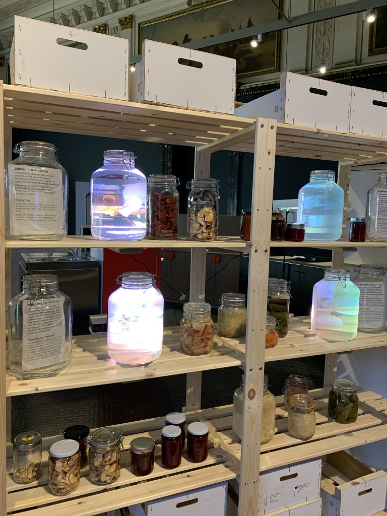Lagerregal mit Fementen und eingekochten Gläsern, präsentiert im Naturhistorischen Museum in Wien